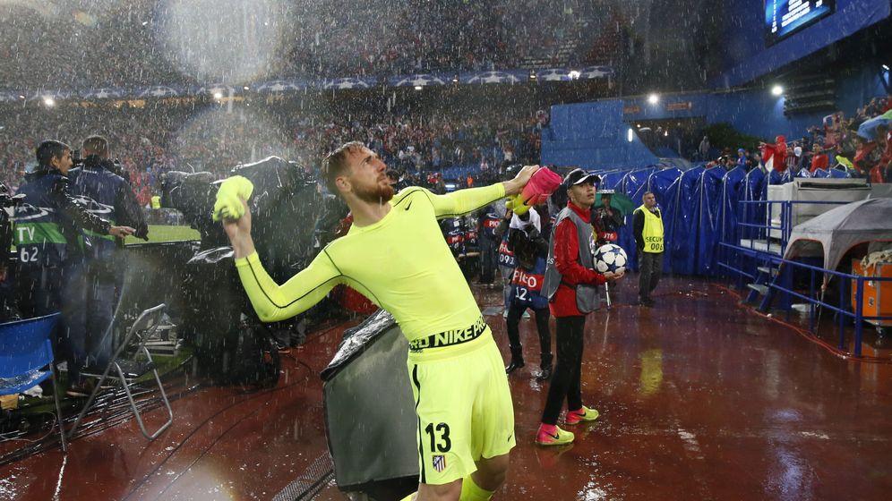 Foto: Oblak regala su camiseta en un partido de Champions. (EFE)