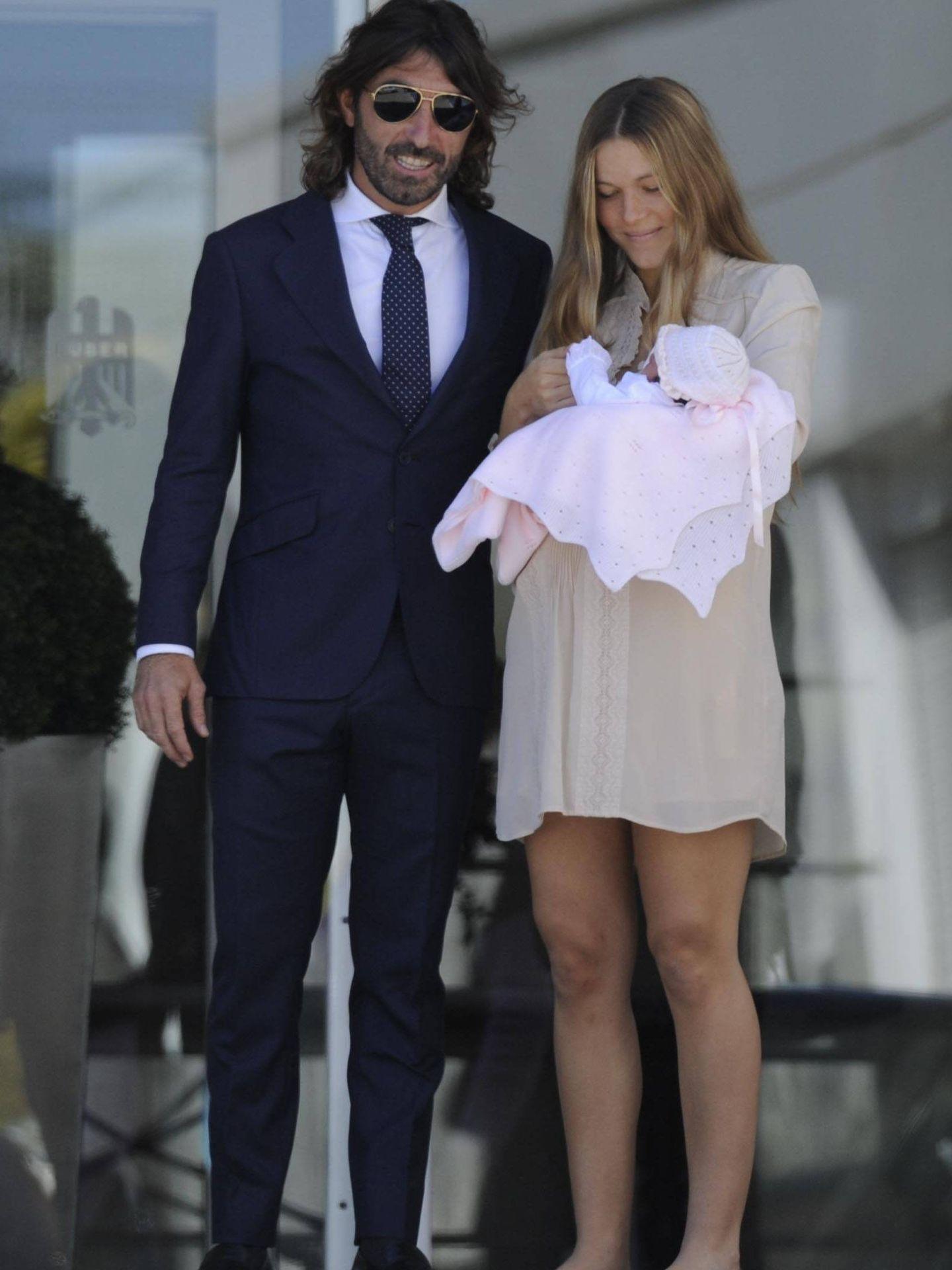 Javier Hidalgo y Sol González, presentando a su hija Camila. (Getty)