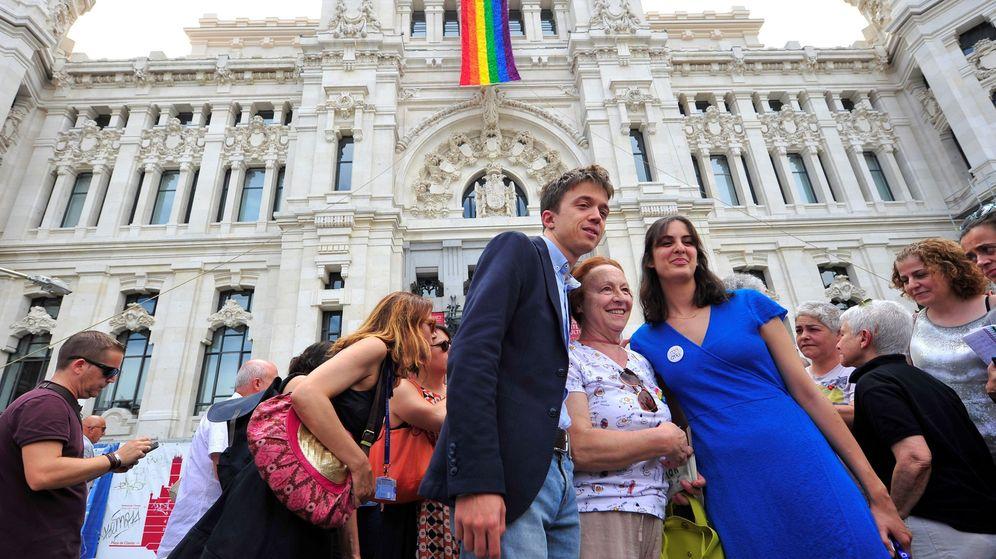 Foto: Íñigo Errejón y la portavoz del Ayuntamiento de Madrid, Rita Maestre, durante el despliegue de la bandera del Orgullo Madrid 2018. (EFE)