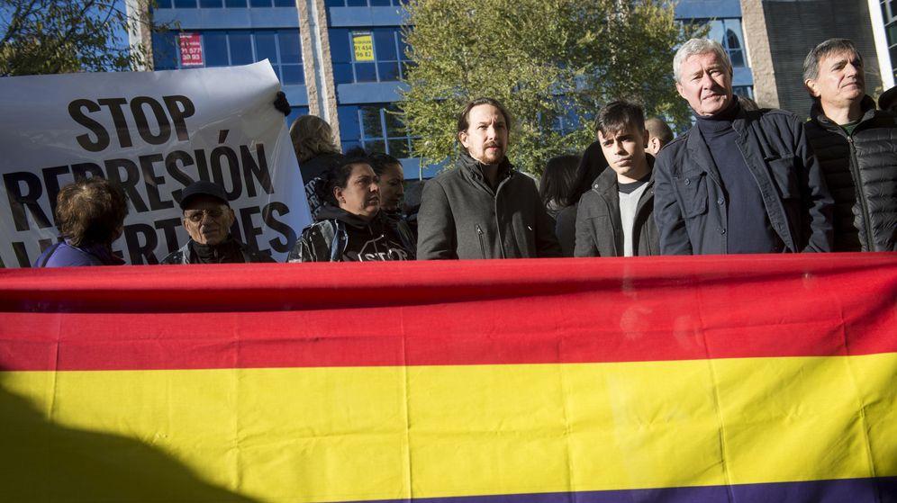 Foto: Jorge Vestrynge y Pablo Iglesias tras una bandera republicana. (EFE)