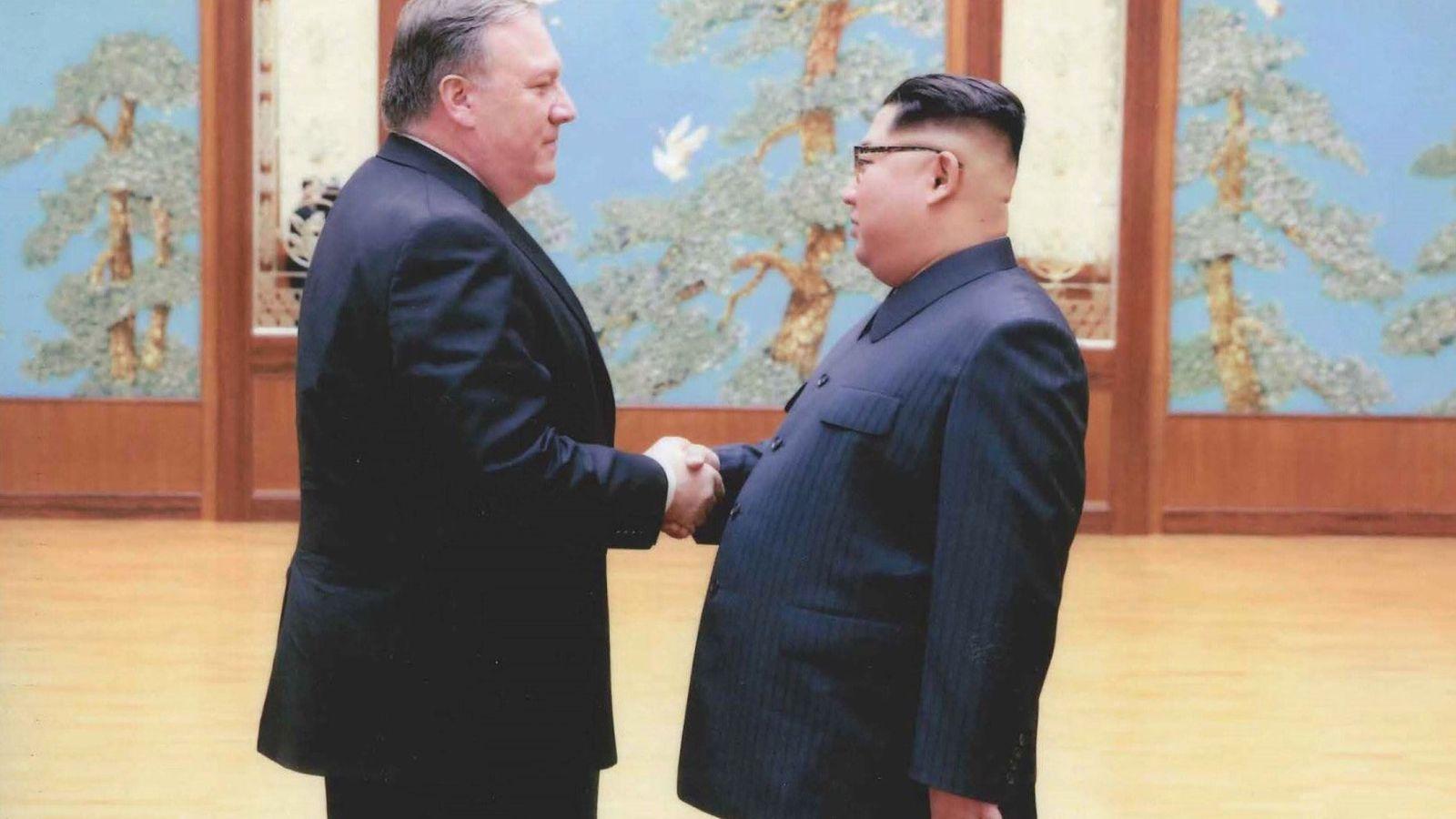 Foto: El exdirector de la CIA Mike Pompeo estrecha la mano de Kim Jong-un en Pyongyang, a finales de marzo. (Reuters)