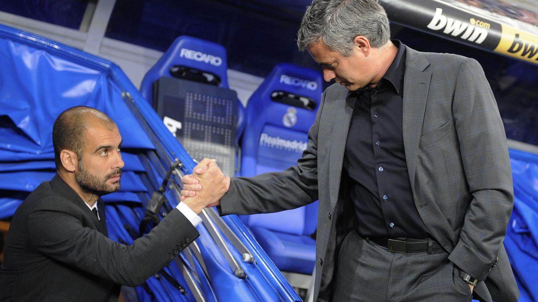 Mourinho y Guardiola se saludan antes de un Real Madrid-Barcelona. (Reuters)