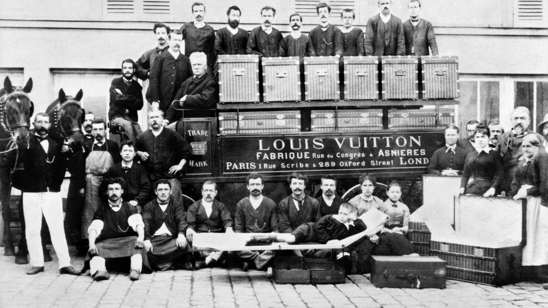 Louis, Georges y Gaston-Louis Vuitton posan junto a los artesanos de la fábrica de d'Asnieres-sur-Seine en 1888. (Imagen: Cortesía Louis Vuitton)