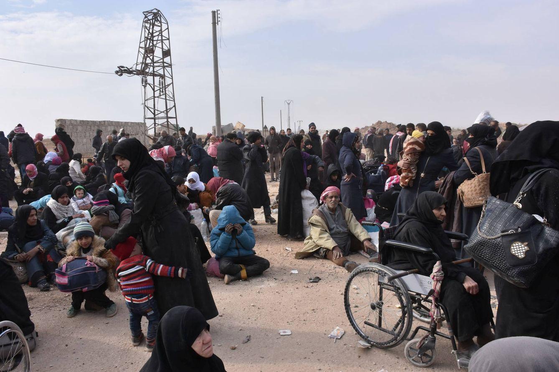 Foto: Civiles sirios que evacuaron la zona Este de Alepo aguardan los autobuses en una zona controlada por el régimen, el 29 de noviembre de 2016 (Reuters).