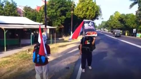 Un hombre inicia una caminata marcha atrás hacia Yakarta para proteger los bosques