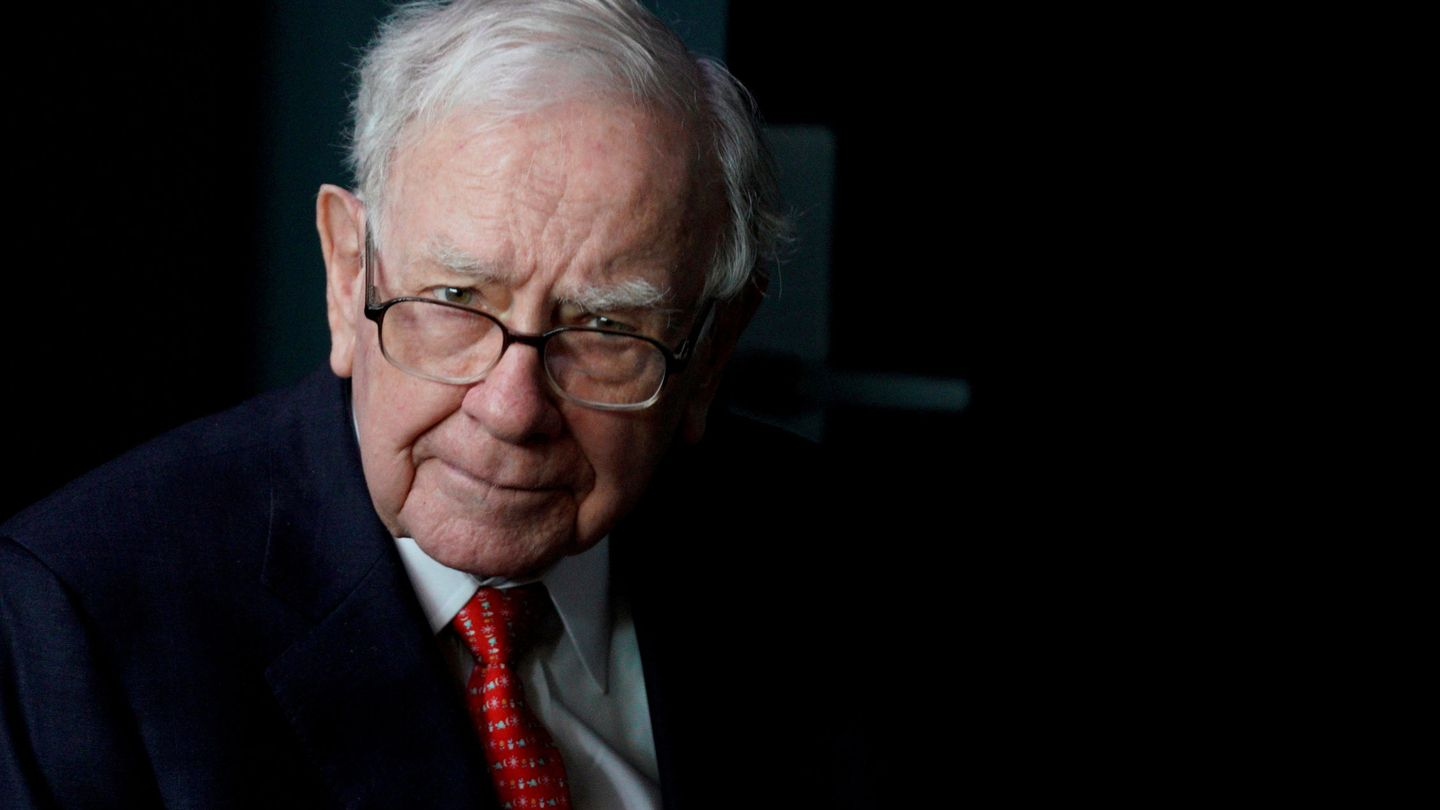 FILE PHOTO: Warren Buffett, CEO of Berkshire Hathaway Inc, pauses while playing bridge as part of the company annual meeting weekend in Omaha, Nebraska, U.S. May 6, 2018.  REUTERS Rick Wilking File Photo