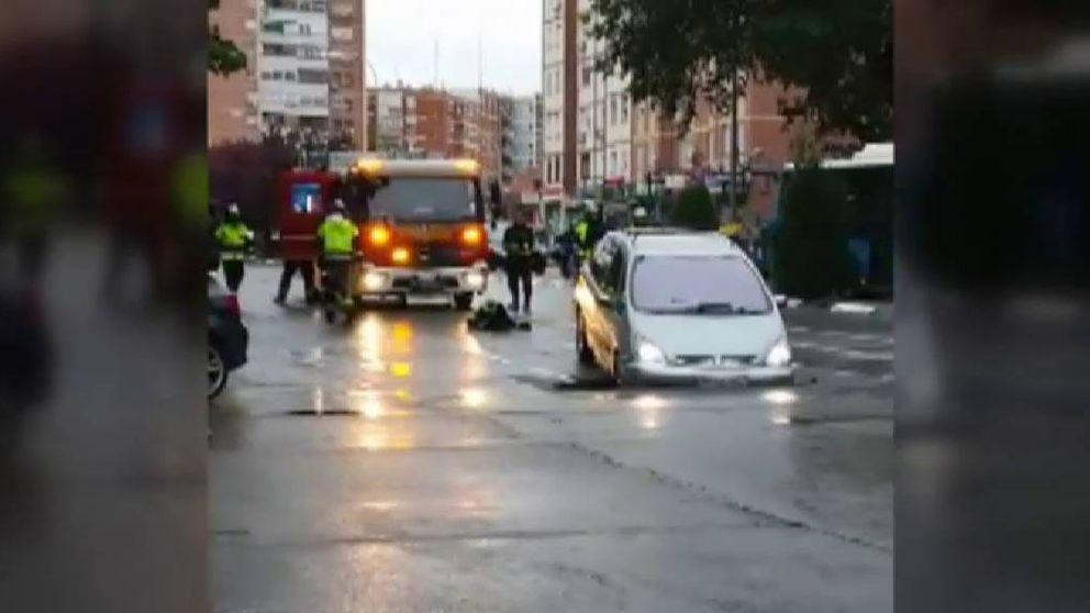 Un coche se queda atrapado en un socavón en Madrid