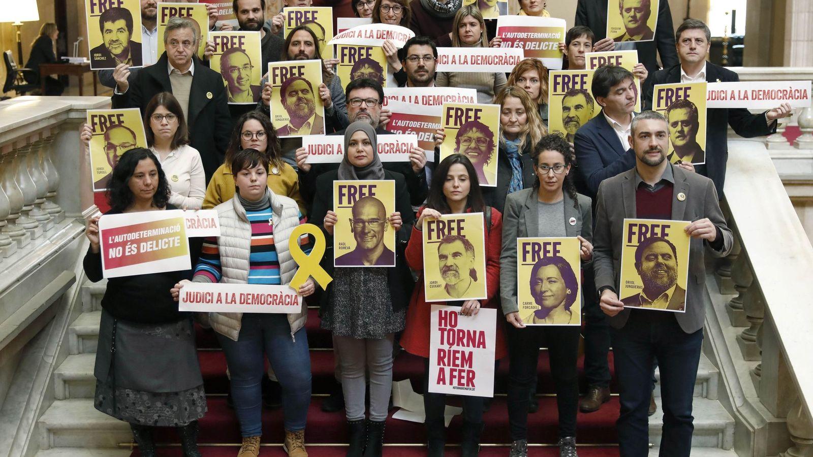 Foto: Diputados de las fuerzas soberanistas -JxCat, ERC, Catalunya en Comú Podem y la CUP- y trabajadores del Parlament escenifican su apoyo a los presos. (EFE)