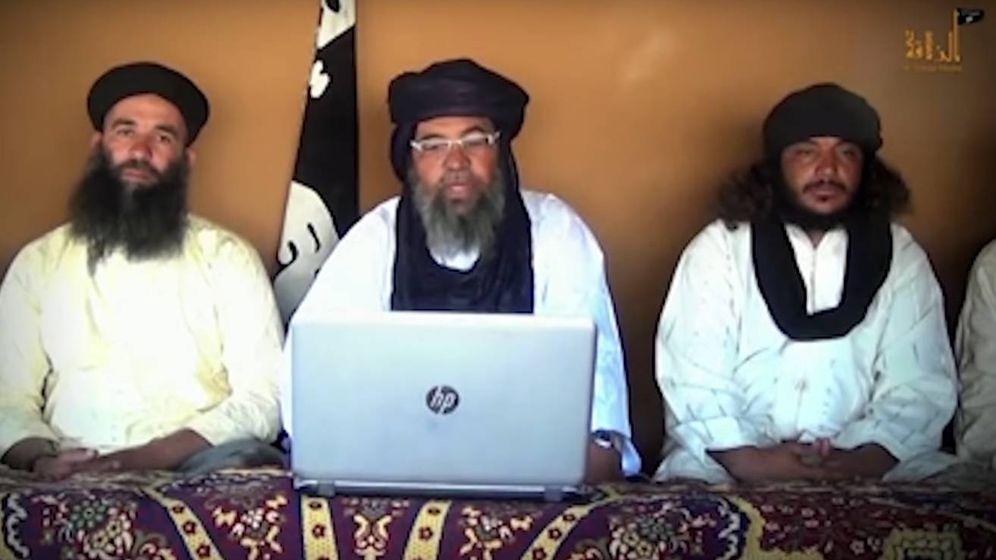 Foto: Iyadh Ag Ghali, el jefe del nuevo movimiento que se llama Grupo de apoyo al islam y a los musulmanes, junto a otros compañeros. (Youtube)