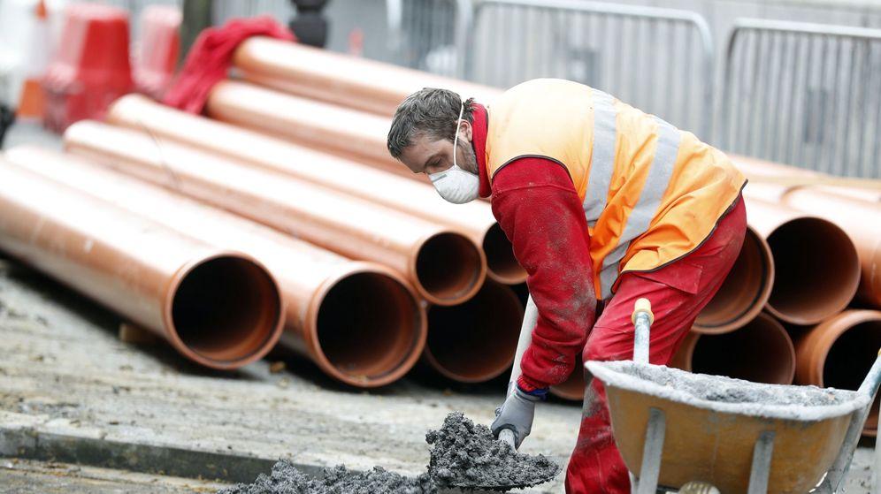 Foto: Un trabajador de la construcción se protege del coronavirus con una mascarilla. (EFE)