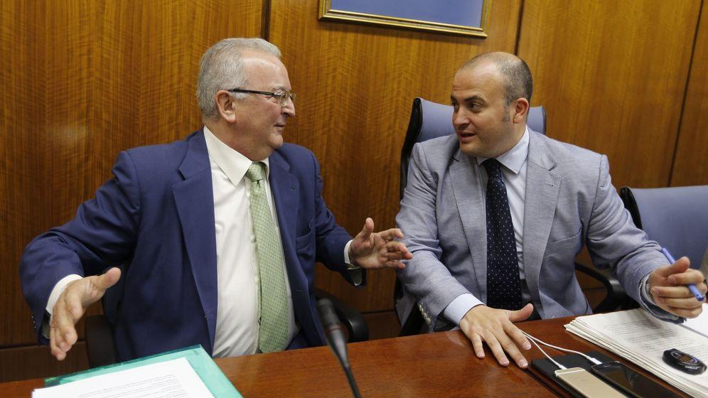Foto: El exconsejero andaluz de Empleo, Antonio Fernández (i), conversa con el presidente de la comisión y diputado de Ciudadanos, Julio Díaz. (EFE)