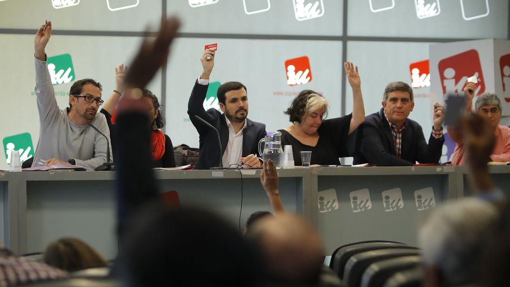 Foto: El coordinador federal de IU, Alberto Garzón (3-i), en una reunión de la Coordinadora Federal del partido celebrada el pasado mes de abril. (EFE)