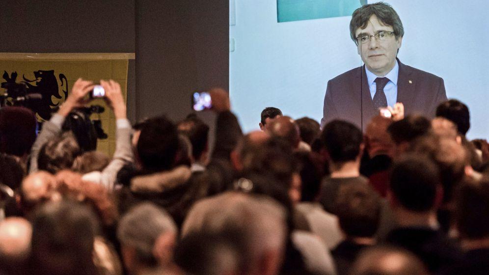 Foto: Carles Puigdemont da un discurso a los jóvenes seguidores del partido Nueva Alianza Flamenca (N-VA) en Lovaina, Bélgica, el pasado martes. (EFE)
