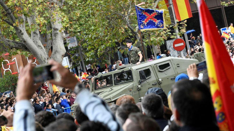 Foto: Público y Fuerzas Armadas, durante el tradicional desfile del 12 de octubre. (EFE)