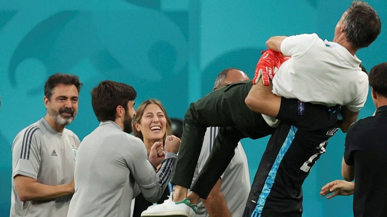 Unai Simón mantea a Luis Enrique tras la victoria de España ante Suiza. (EFE)