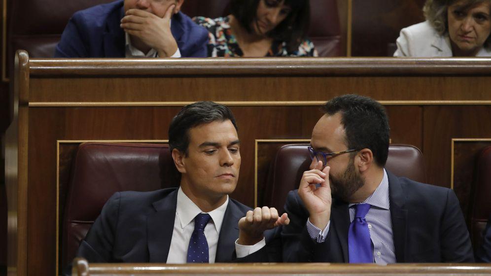 Foto: El secretario general del PSOE, Pedro Sánchez, en su escaño junto al diputado Antonio Hernando. (EFE)