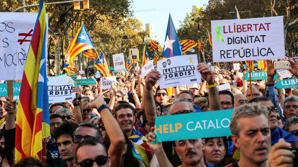 Foto: Manifestación en Barcelona para pedir la libertad de 'los Jordis'. (Reuters)