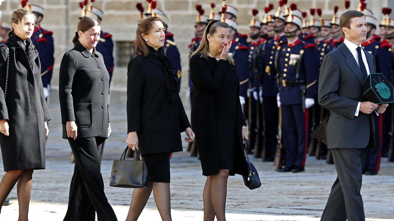 El padre de Jaime, Pedro, y sus hermanas en el funeral del infante Carlos. (EFE)