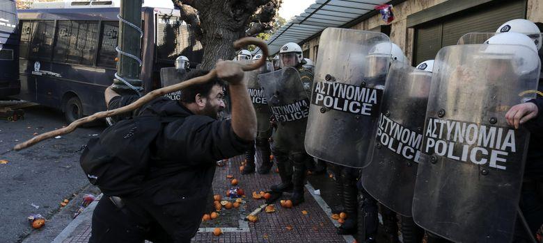 Foto: Un granjero griego durante una protesta en Atenas contra el nuevo impuesto a la propiedad. (Reuters)