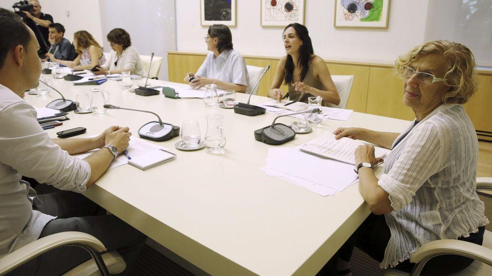 Foto: Manuela Carmena preside la Junta de Gobierno. A su derecha, la portavoz Rita Maestre. (EFE)