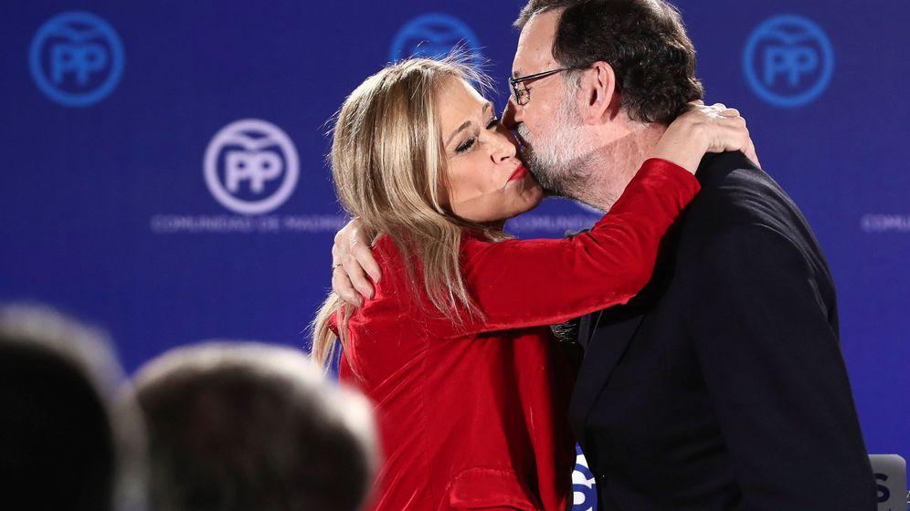 Foto: El presidente del Gobierno y del Partido Popular, Mariano Rajoy, y la presidenta de la Comunidad, Cristina Cifuentes, en la cena de Navidad del PP de Madrid. (EFE)