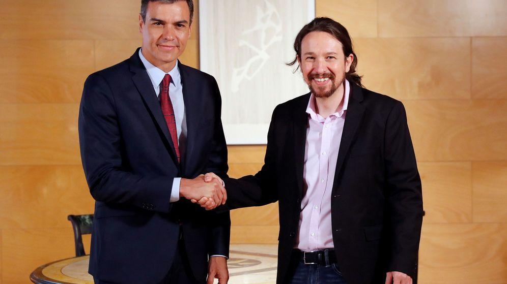 Foto: Pedro Sánchez y Pablo Iglesias antes de su reunión en el Congreso. (EFE)