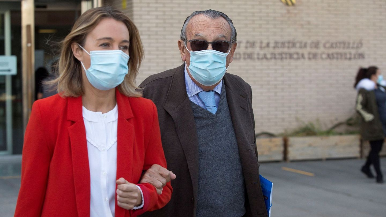 Carlos Fabra, con su hija Andrea, cuando acudió a declarar al juzgado de Castellón. (EFE)