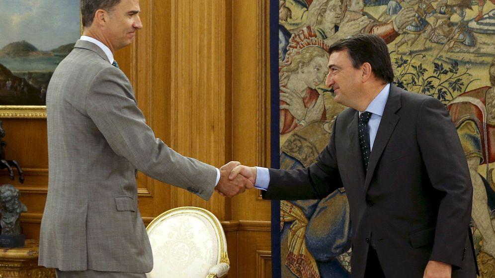 Foto: El portavoz del PNV, Aitor Esteban, y el Rey Felipe VI. (EFE)