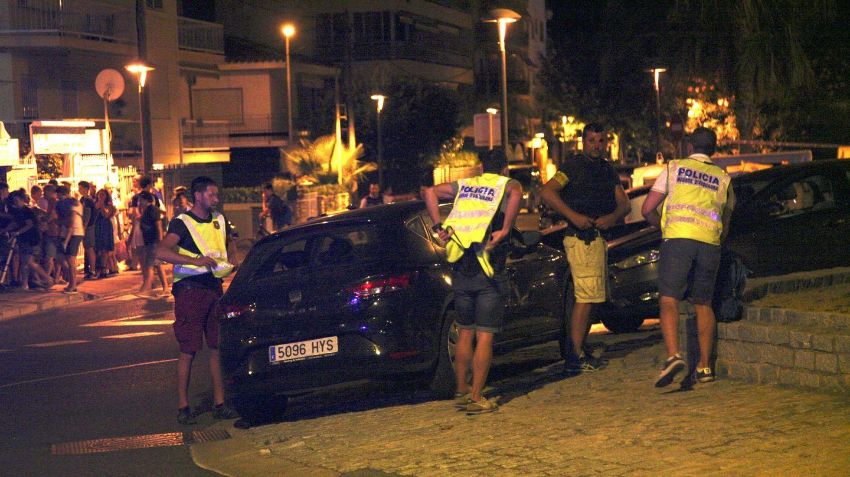 El Audi A3 volcado en Cambrils. EFE Jaume Sellart.