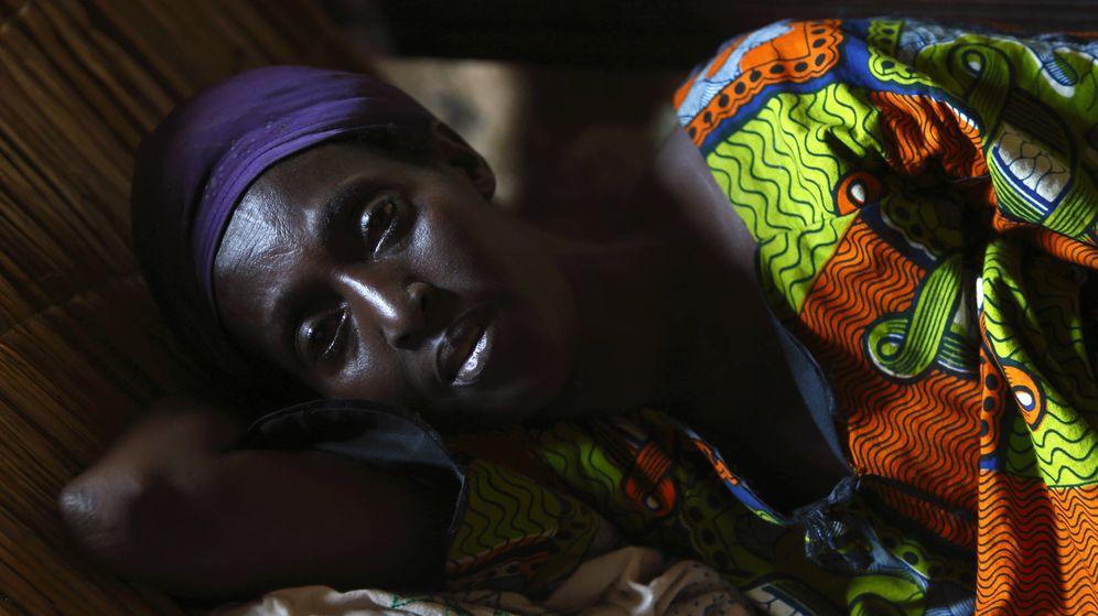 Foto: Una paciente de malaria, entre otras enfermedades, fotografiada en Bujumbura, Burundi (Darrin Zammit / Reuters)