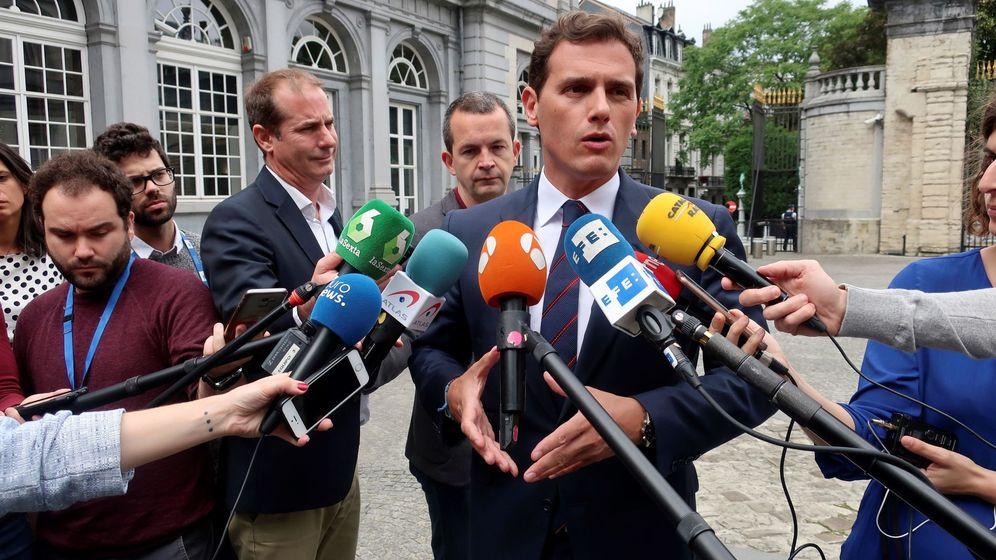 Foto: El presidente de Ciudadanos, Albert Rivera, atiende a los medios este jueves en Bruselas. (EFE)