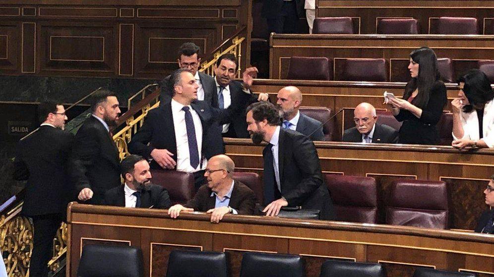 Foto: Abascal, Ortega Smith y Espinosa de los Monteros, en el Congreso. (Foto: Rafael Méndez)