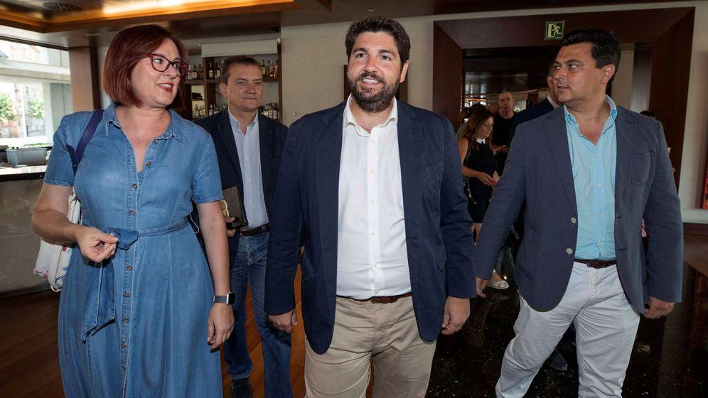 Foto: El presidente en funciones de la Comunidad de Murcia Fernando López Miras (c) acompañado por José Miguel Luengo (d) y los negociadores de Ciudadanos Isabel Franco (i) y Miguel Garaulet (2i). (EFE)