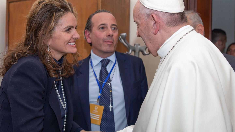 Sandra García-Sanjuán y Román Rodríguez, con Su Santidad.