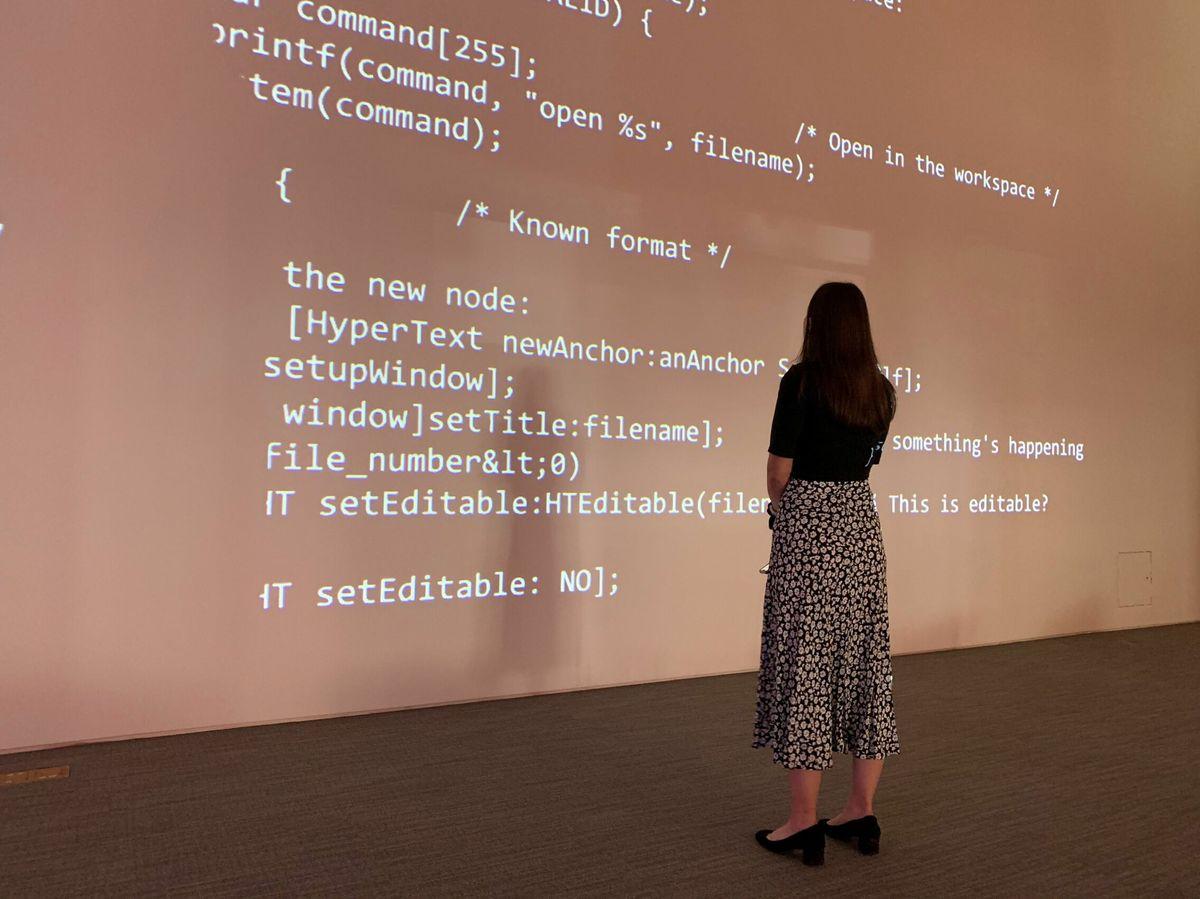 Foto: Proyección del código fuente de la World Wide Web en Sotheby's. (EFE)