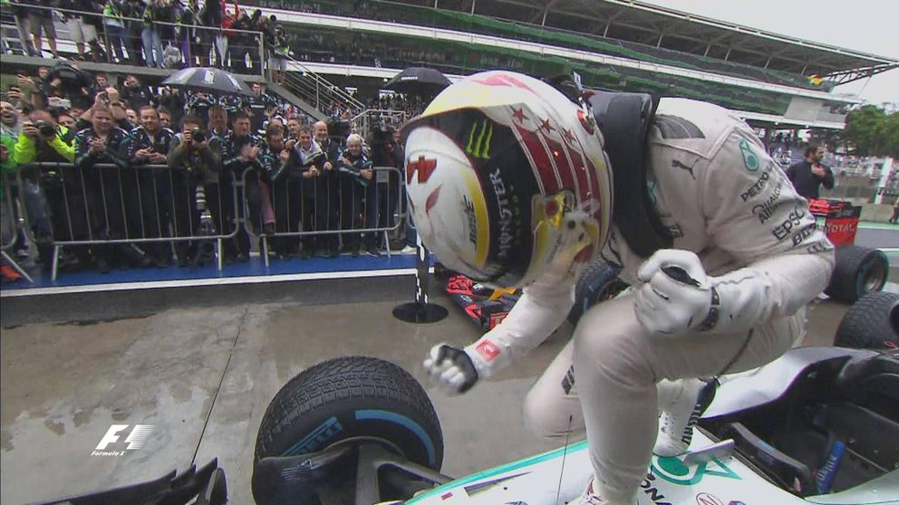 Hamilton gana un caótico GP Brasil en el que Verstappen fascina y Sainz brilla