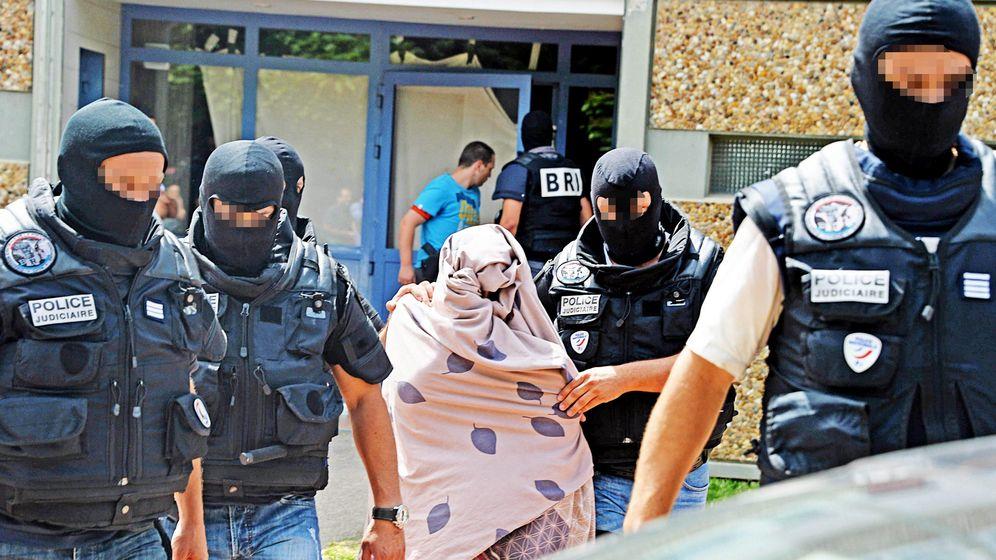 Foto: La policía escolta a una mujer en conexión con , Yasin Salhi, sospechoso del atentado. (EFE)