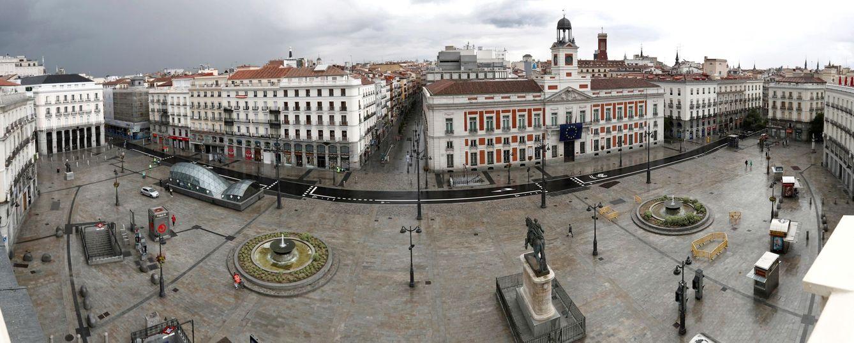 Foto: Vista panorámica de la Puerta del Sol de Madrid vacía, este 15 de mayo, cuando se cumplen además nueve años del estallido del Movimiento 15-M. (EFE)
