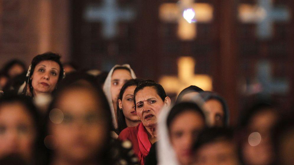 Foto: Cristianas coptas durante una misa de Pascua en la Catedral Copta de San Marcos, en el Cairo, el 15 de abril de 2017. (EFE)
