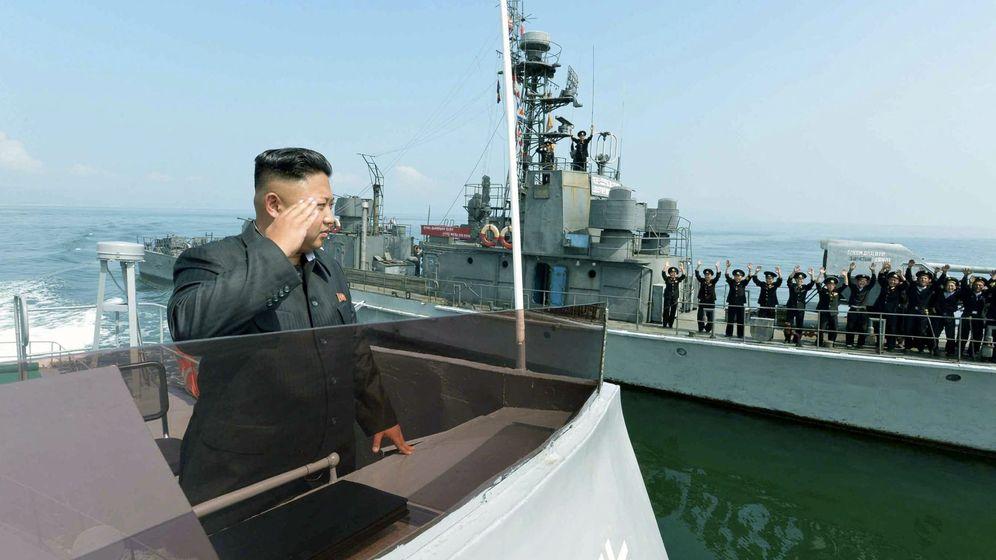 Foto: Kim Jong-un saluda a un grupo de marineros norcoreanos en una imagen sin fecha clara de principios de 2016. (Reuters)