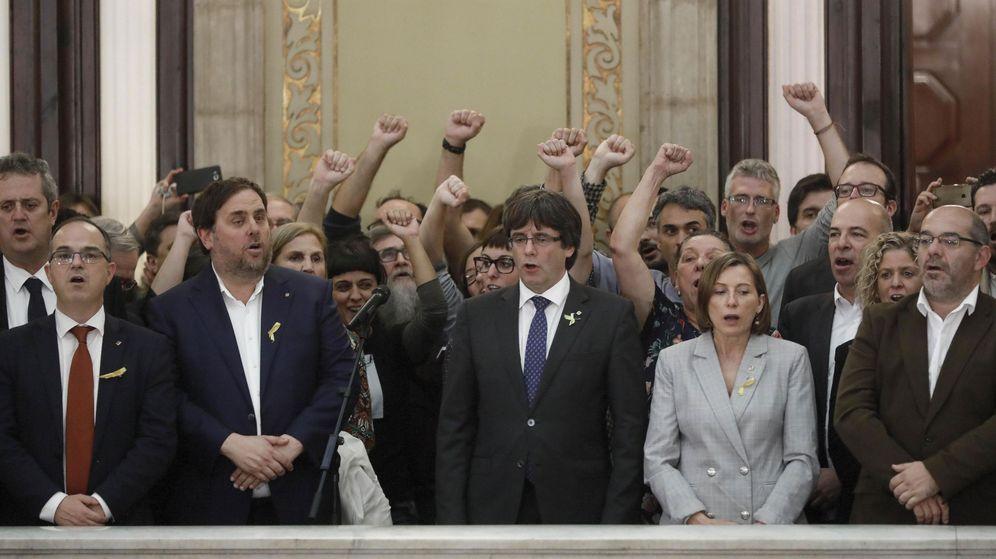 Foto: El expresidente de la Generalitat Carles Puigdemont (c) junto al exvicepresidente del Govern Oriol Junqueras y la expresidenta del Parlament Carme Forcadell. (EFE)
