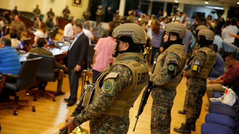 El presidente de El Salvador irrumpe en el Congreso con militares e inicia una crisis