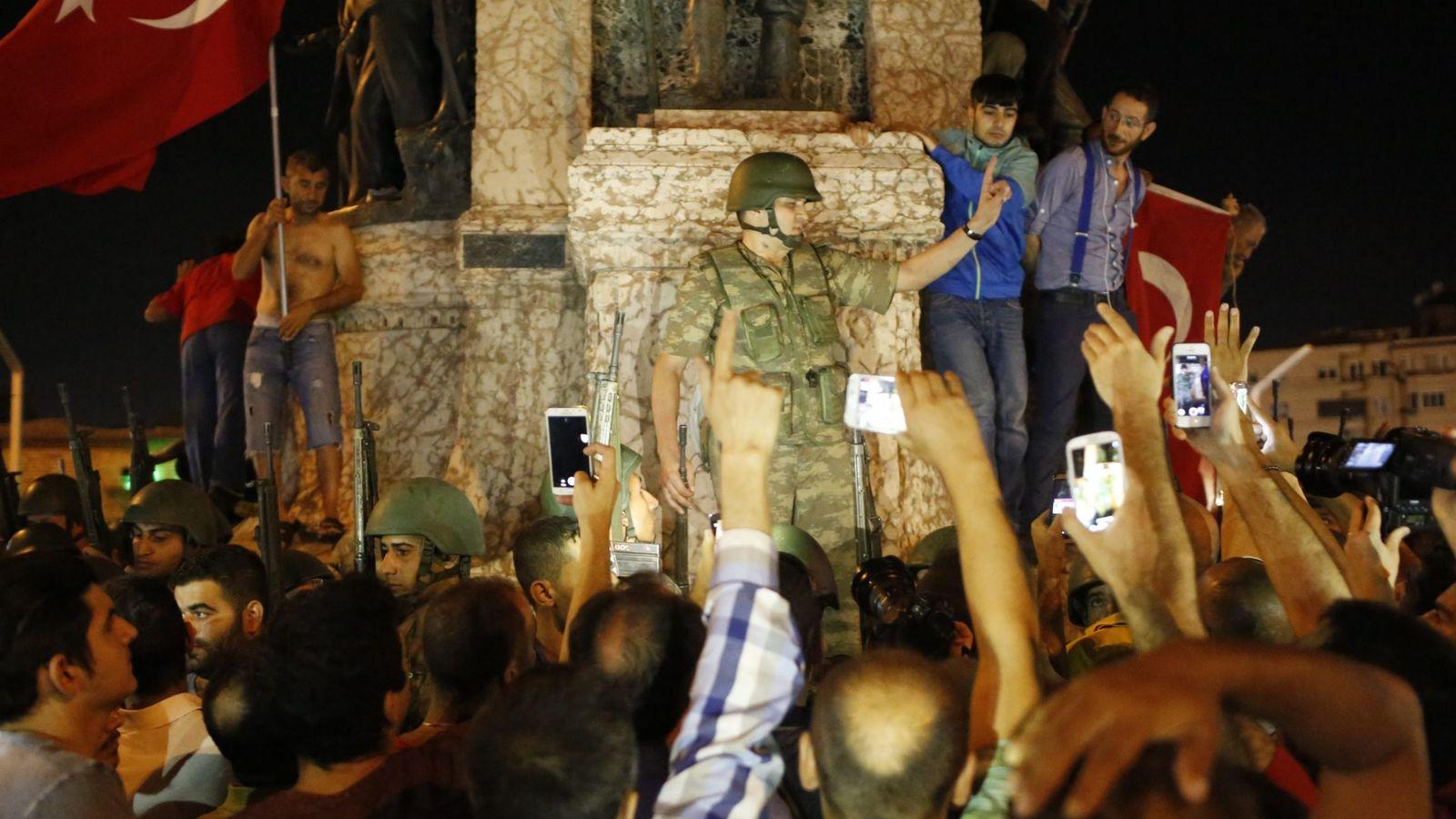 Foto: Seguidores del presidente Erdogan en la plaza Taksim en Estambul. (EFE)
