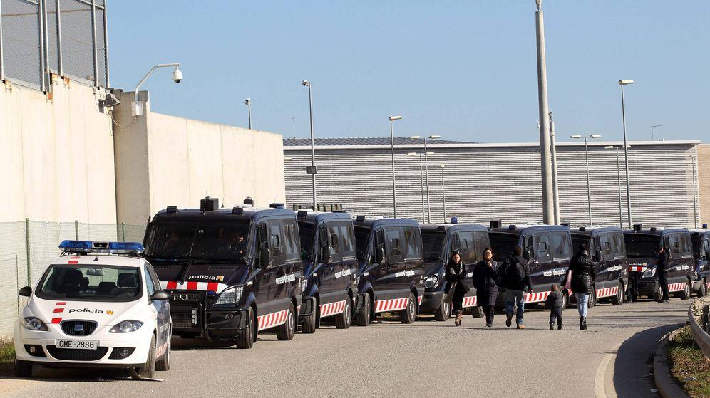Foto: Dispositivo policial a las puertas del centro penitenciario de Quatre Camins (Barcelona), ante la concentración de trabajadores de prisiones. (EFE)