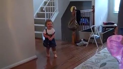 El emotivo vídeo de la niña que camina por primera vez con pierna ortopédica