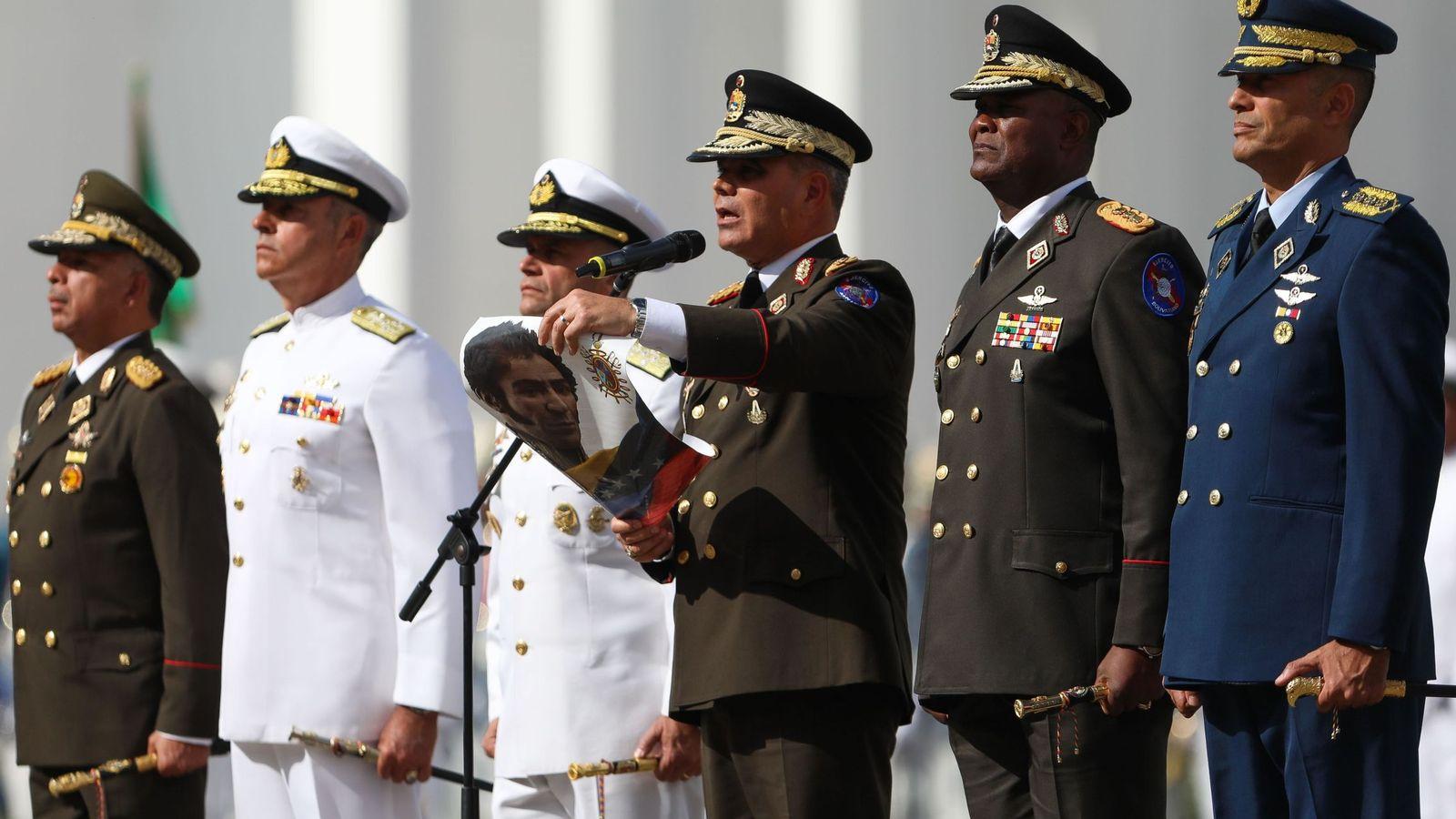Foto: El ministro de Defensa de Venezuela, Vladimir Padrino, lee el juramento de las Fuerzas Armadas que reconoce a Nicolás Maduro como presidente para un segundo mandato, el pasado 10 de enero. (EFE)
