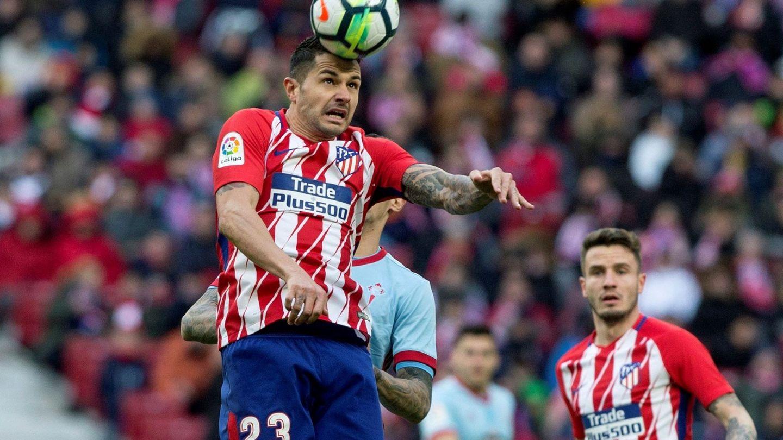 Vitolo disputa un balón. (EFE)