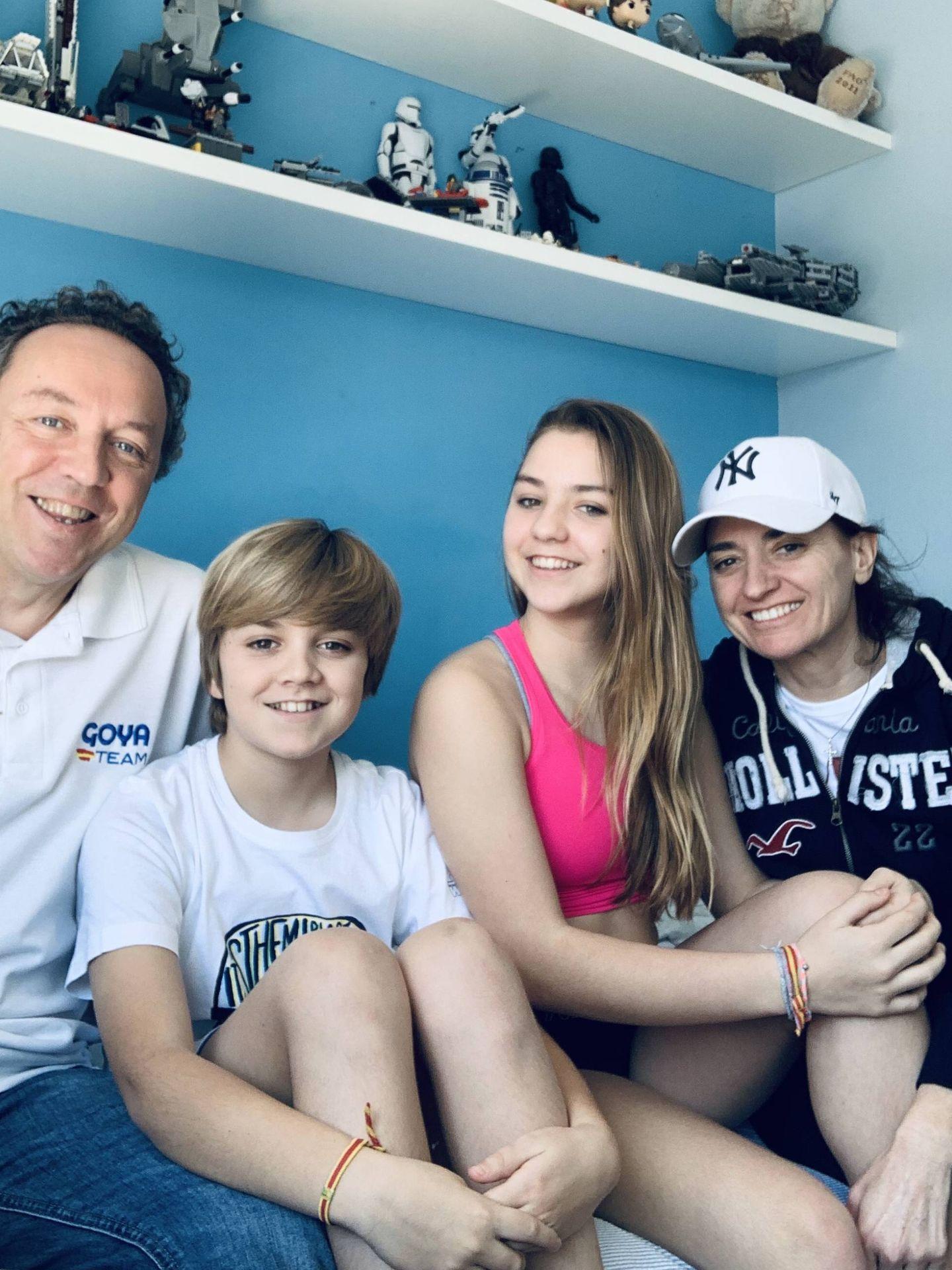 Foto de familia de Lucas el día que llegó del hospital.
