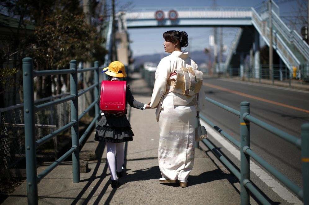 Foto: Una niña japonesa camina junto a su madre en el primer día de clase en el colegio Shimizu, en Fukushima. (Reuters)