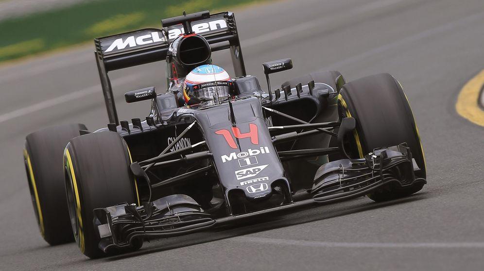 Foto: Fernando Alonso rodando con el MP4-31 por Melbourne.